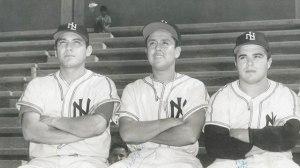 """FOTO: Ronnie y Moi Camacho con """"Ronquito"""" García, con Tecolotes campeones de 1958."""